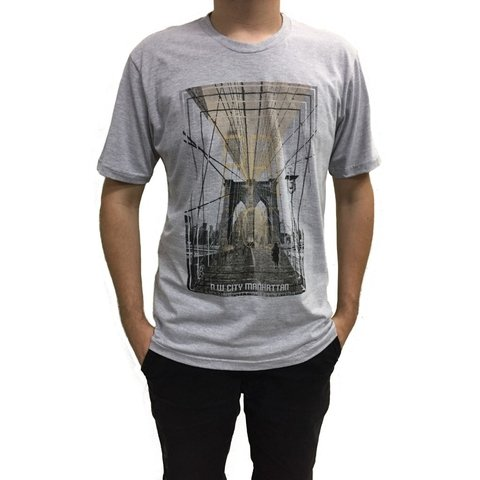 Camiseta manga curta estampa bridge - comprar online
