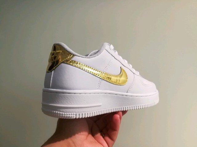 1ca7af176d6 ... Tênis Nike Air Force 1 Branco e Dourado CR7-Edition - loja online
