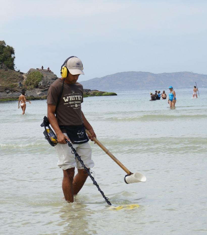Garimpeiro pesquisando com detector white SURFMASTER PI
