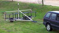 Um carro puxando uma grande bobina do detector Deepmax z1