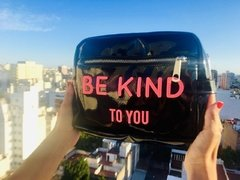 "Sobre ""BE KIND"" (Charol Negro & Fucsia) - PROUD"