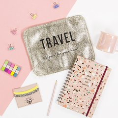 TRAVEL KIT: Porta Documentos TRAVEL  + Porta pasaporte LETS GET LOST (Dorado &  bordado Negro) - tienda online