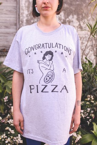 REMERA MANGA CORTA [CONGRATULATIONS IT´S A PIZZA] - comprar online