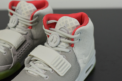 "Tênis Nike Air Yeezy 2 ""Pure Platinum"" na internet"
