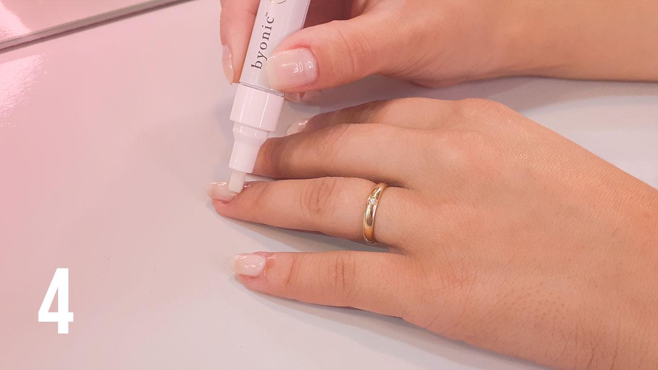 Aplicando o óleo sobre as unhas, cutículas e laterais das unhas