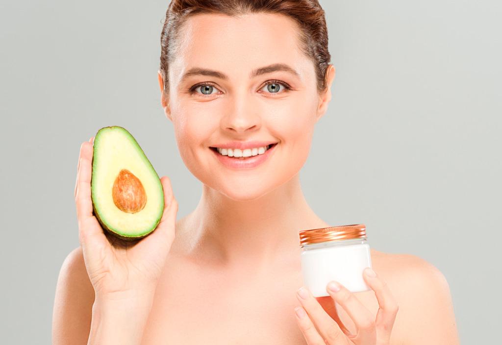 Mulher segurando fruta e produto vegano