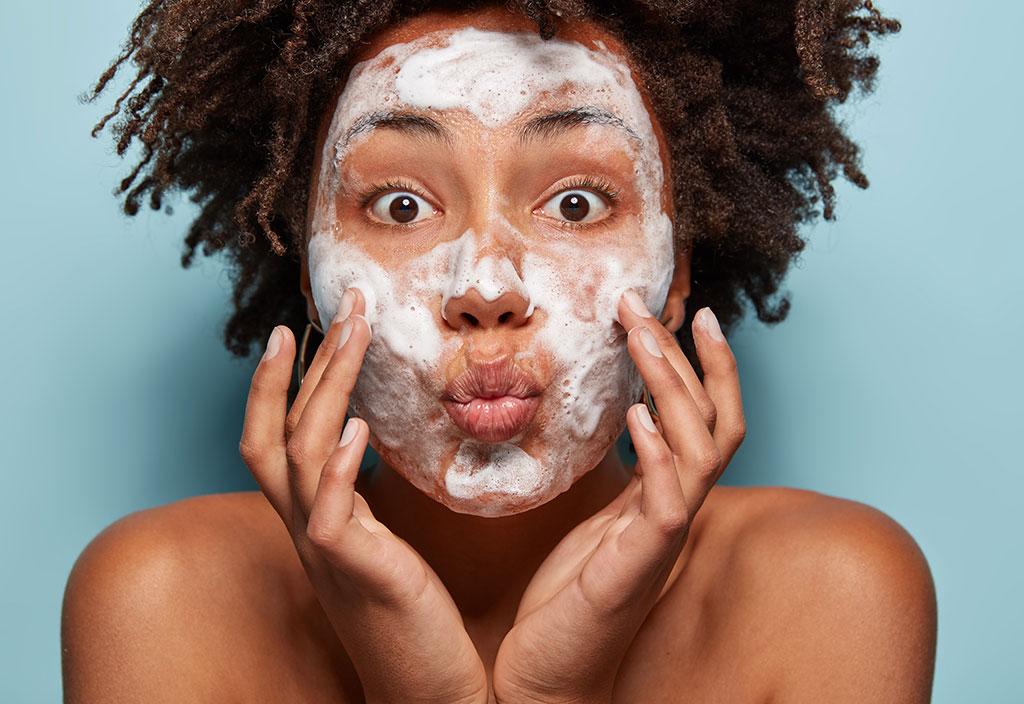 Mulher cuidando da própria pele como forma de amor próprio