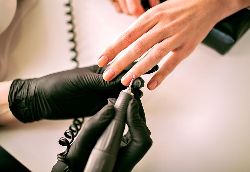Mulher cuidando das unhas como forma de amor próprio
