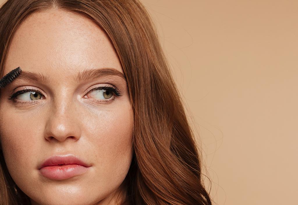 Mulher passando Sourcil nas sobrancelhas