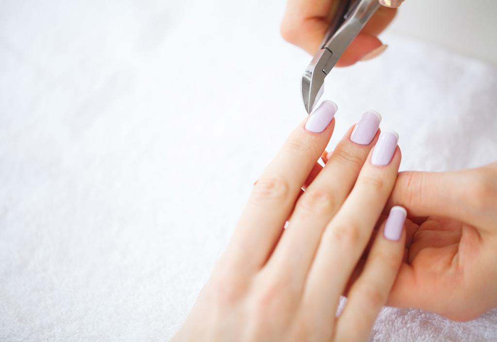 Manicure fazendo as unhas
