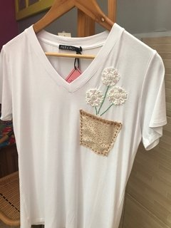 T-shirt bordada bolso flor